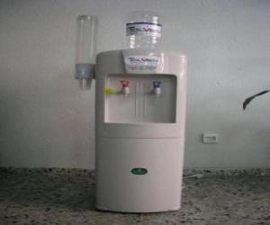 Puzle A água fria dispensador com o tanque de água acima e o dispensador de xícaras