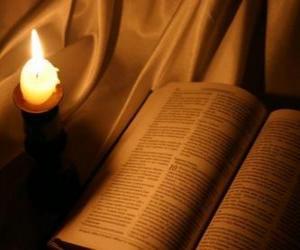 Puzle A Bíblia e uma vela acesa sobre o altar