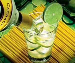 Puzle A caipirinha é um coquetel brasileiro composto por açúcar, rum, limão e gelo.