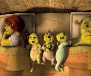 Puzle A família de Shrek, Fiona e três ogres jovem na cama.