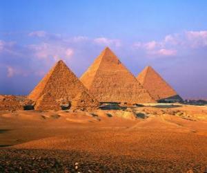 Puzle A Grande Pirâmide de Gizé, no centro, juntamente com dois outras importantes pirâmides do complexo da necrópole de Gizé, nos arredores do Cairo, Egipto
