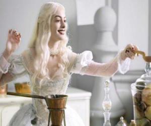 Puzle A Rainha Branca (Anne Hathaway) trabalhando em uma poção