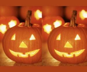 Puzle abóbora de Halloween com um rosto esculpido e uma vela acesa dentro ou Jack-o'-lantern