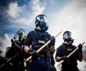 Puzle Agentes da polícia de choque com o bastão na mão