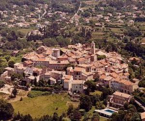 Puzle Aldeia ou povoado na paisagem, com a torre do campanário da igreja