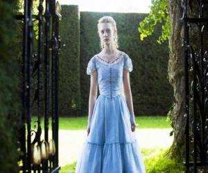 Puzle Alice (Mia Wasikowska) uma jovem de 19 anos de idade, entrando na mansão vitoriana, onde viveu em sua infância