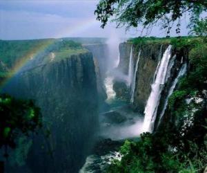 Puzle As Cataratas Vitória ou Quedas Vitória, no rio Zambezi, na fronteira da Zâmbia e Zimbábue