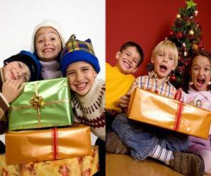 Puzle As crianças com presentes de Natal