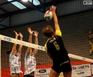 Puzle Ataque na rede ea tentativa de defesa para bloquear em uma partida de voleibol