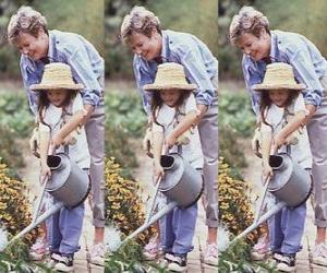 Puzle Avó ensinando a irrigar a sua neta