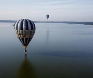 Puzle Balão voando sobre água