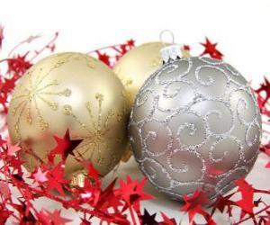 Puzle bolas de Natal decorada com estrelas e uma fita