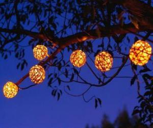 Puzle bolas Natal pendurados em árvore