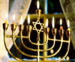 Puzle Candelabro de nove braços com velas acesas, um Chanukiá usado na celebração do Chanuká