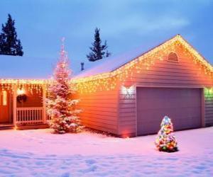 Puzle Casa decorada com enfeites de Natal e duas árvores de Natal no jardim