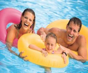 Puzle Casal jovem com sua filha na piscina