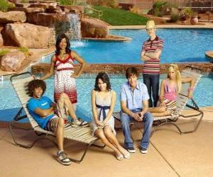 Puzle Chad (Corbin Bleu), Taylor (Monique Coleman), Gabriella Montez (Vanessa Hudgens), Troy Bolton (Zac Efron), Ryan Evans (Lucas Grabeel), Sharpay Evans (Ashley Tisdale) o lado de praia