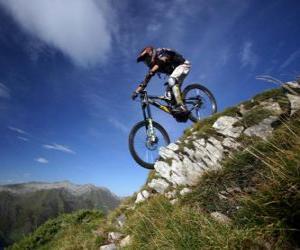 Puzle Ciclista pronto para um corrida de descida em sua bicicleta