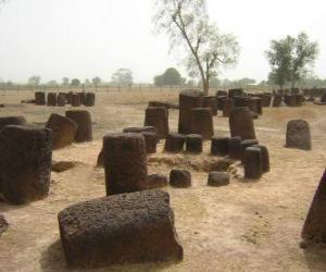 Puzle Círculos de pedra da Senegâmbia, incluem 93 círculos de pedra e túmulos numerosos. Senegal e Gâmbia.