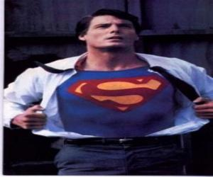 Puzle Clark Kent se tornando Superman com seu uniforme azul e vermelho para lutar pela justiça