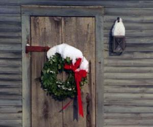 Puzle Coroa de Natal pendurada na porta de uma casa