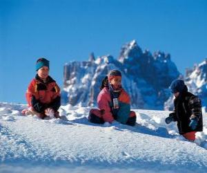 Puzle Crianças aproveitando os feriados de Natal, estão brincando na neve