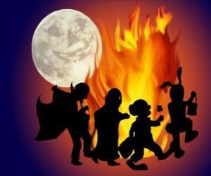 Puzle crianças fantasiadas dançando em volta da fogueira