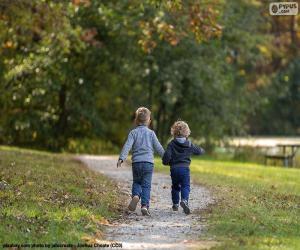 Puzle Dois irmãos correndo