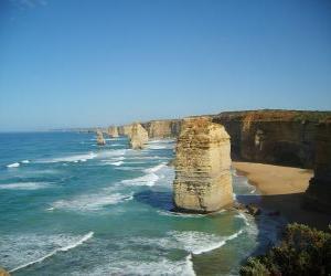 Puzle Doze Apóstolos, é um conjunto de agulhas de pedra calcária que projeta-se no mar ao largo da costa de Port Campbell National Park, em Victoria, Austrália.