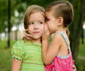 Puzle Duas meninas fazendo confidências