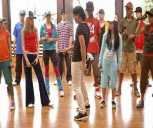 Puzle E cantor Shane Gray (Joe Jonas) dar uma classe de dança