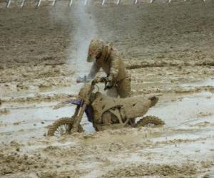 Puzle Enduro de motocicleta prendido na lama