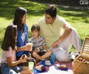Puzle Família fazendo um piquenique no parque