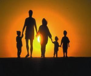 Puzle Família, pai, mãe e filhos a andar no tre crepúsculo