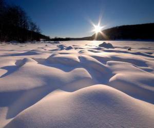 Puzle formas sinuosas no Lago Eagle em Ontário, Canadá