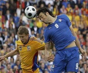 Puzle Futebolista saltando para atirou a bola com a cabeça