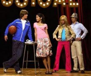 Puzle Gabriella Montez (Vanessa Hudgens), Troy Bolton (Zac Efron), Ryan Evans (Lucas Grabeel), Sharpay Evans (Ashley Tisdale) no palco