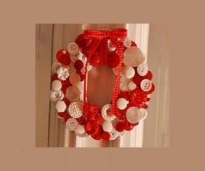 Puzle guirlanda de Natal feita com botões e um laço vermelho