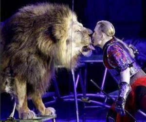 Puzle Leão com seu instrutor com um chicote nas mãos