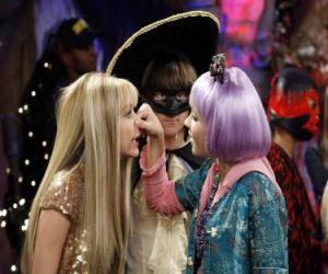 Puzle Lilly pressiona o nariz a Hannah Montana para os olhos atentos de Oliver.