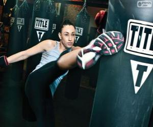 Puzle Lutadora de Full Contact ou Kickboxing na formação sobre o saco