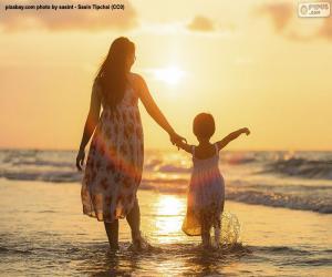 Puzle Mãe com a filha na praia