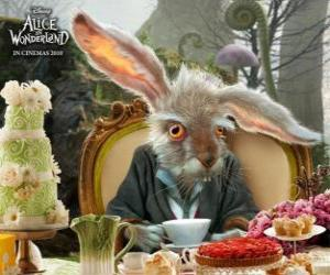 Puzle March Hare, é famosa por lançar através do ar bules e outros objetos