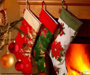 Puzle Meias de Natal decoradas penduradas na parede da chaminé