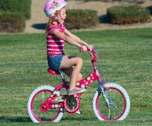 Puzle Menina andando de bicicleta no parque na primavera