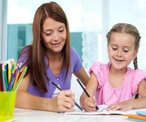 Puzle Menina brincando a pintar com a mãe