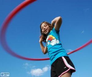 Puzle Menina brincando com o bambolê, hula hoop girando na cintura
