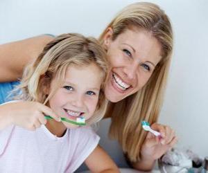 Puzle Menina escovando os dentes, uma prática essencial para a saúde dental