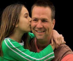 Puzle Menina felicitando seu pai com um abraço e um beijo grande