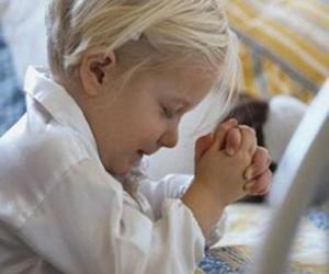 Puzle Menina orando com as mãos em oração